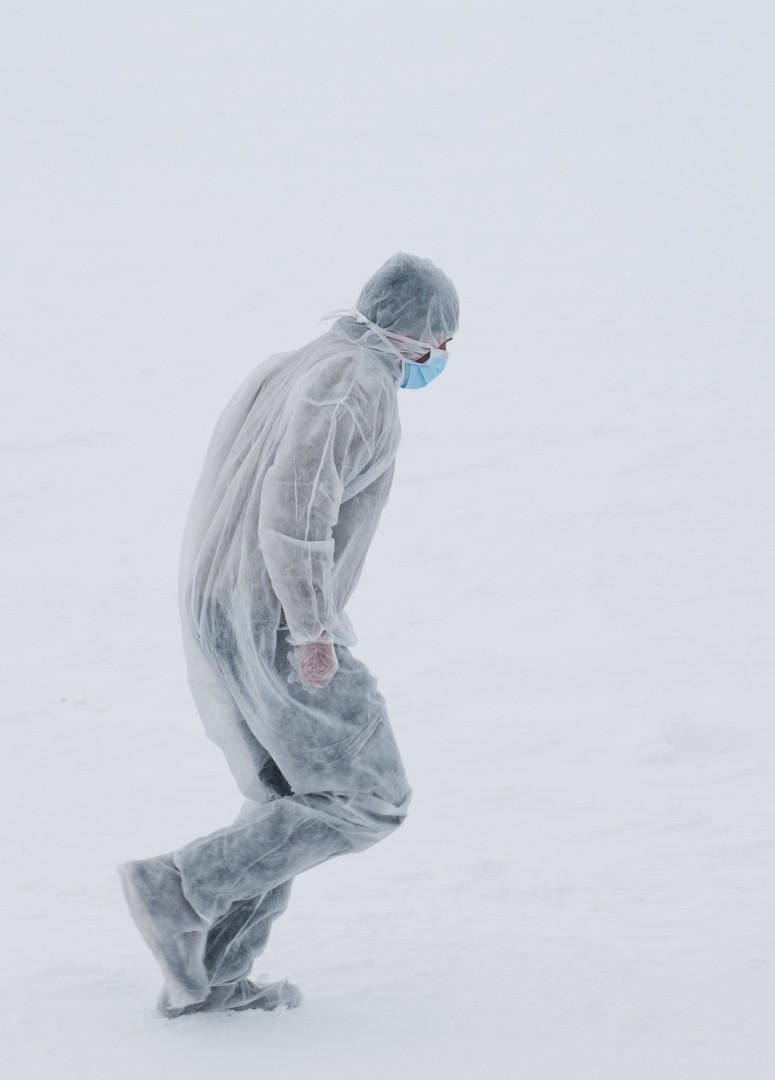 Un scientifique se rend sur une zone de forage en portant une combinaison pour la protéger des impuretés - Reed Scherer