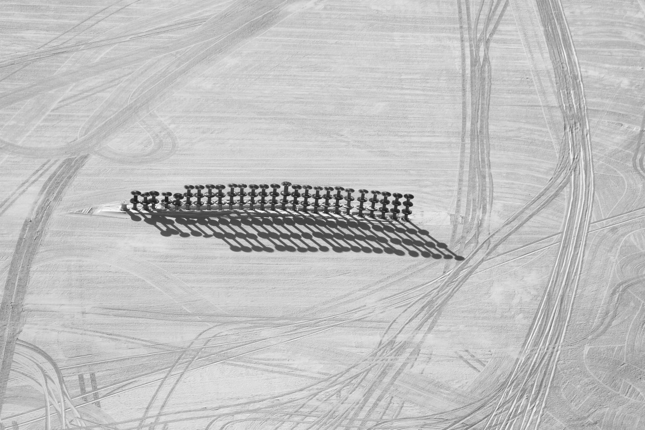 Des dérouleurs de câbles vides sont temporairement entreposés dans une configuration surnommée Spool-Henge