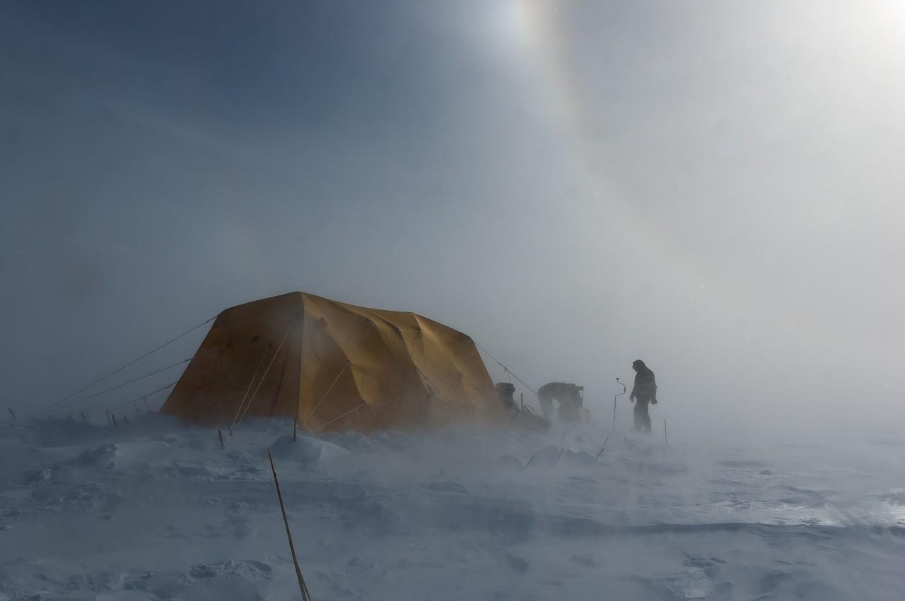 Une tente dans une tempête de neige - August Allen