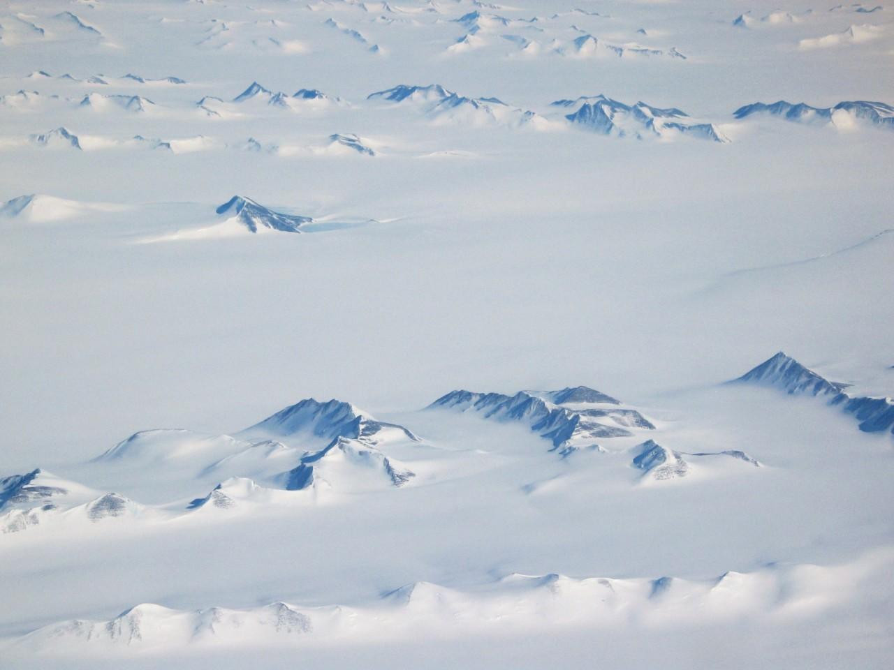 vue-aerienne-montagne-antartique