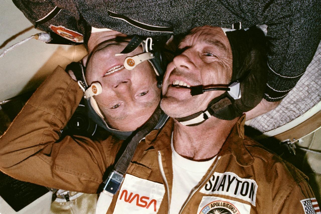 Leonov avec l'autre astronaute américain dans Soyouz.