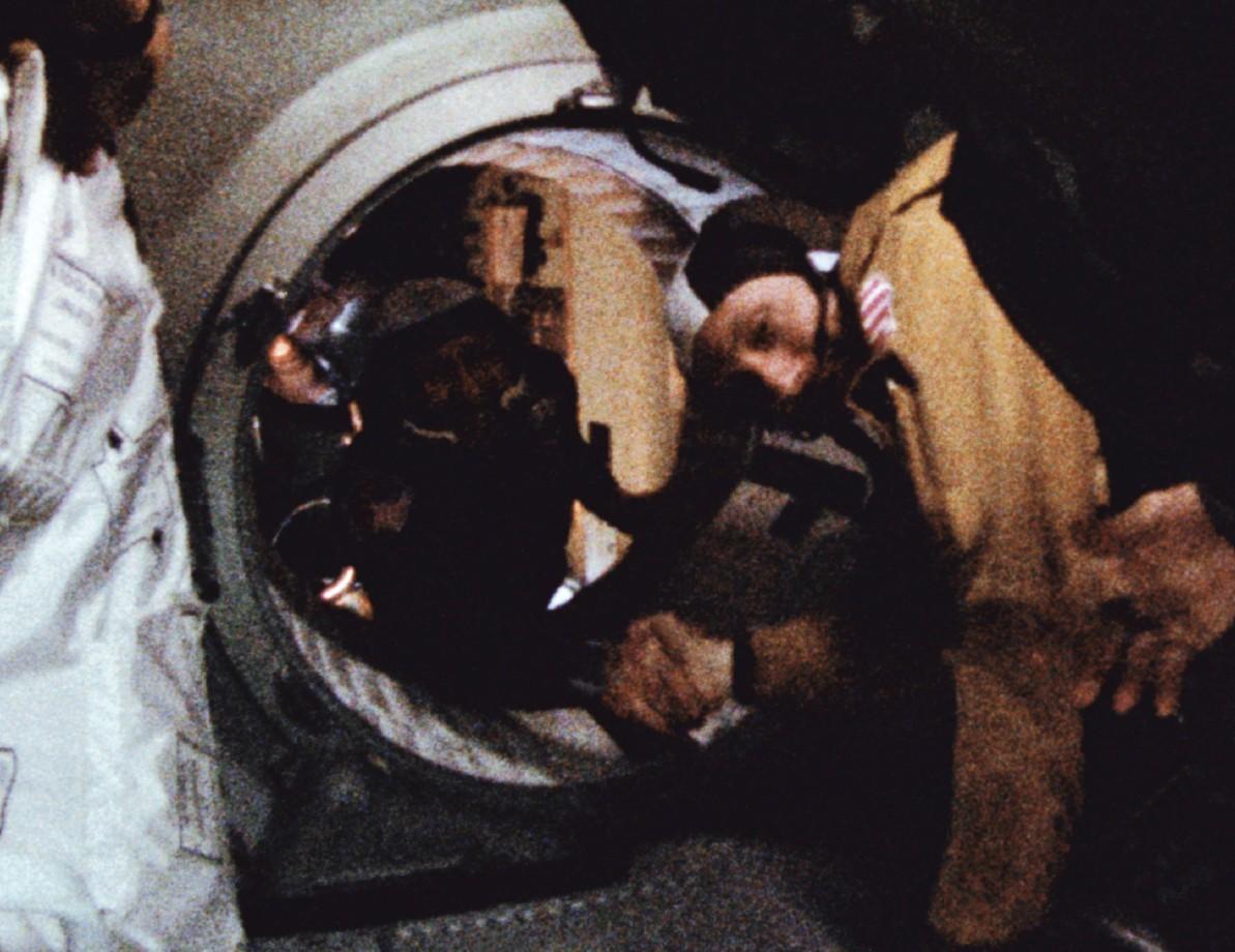 La poignée de main historique entre l'américain Stafford et Leonov
