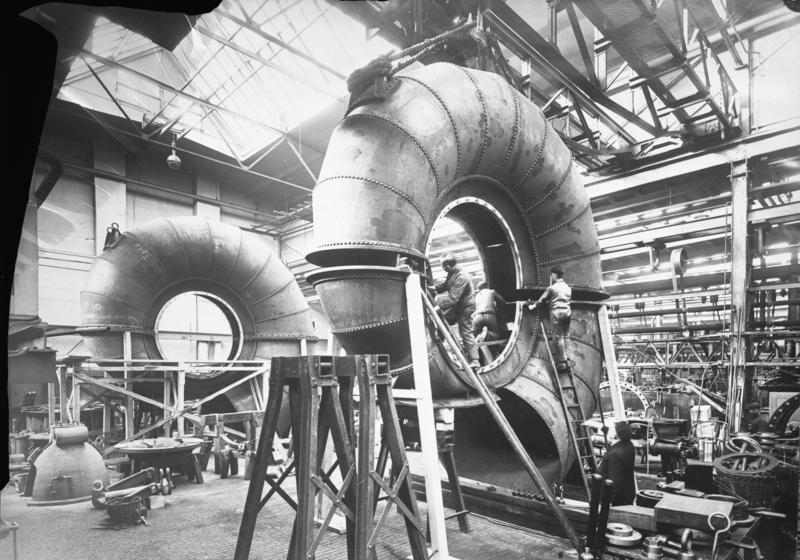 Riesen deutscher Technik ! Voith' sche Riesen-Spiralturbinen für eine Leistung von 5000 P.S. , welche für das Kraftwerk Nore in Norwegen bestimmt sind, bei der Montage.