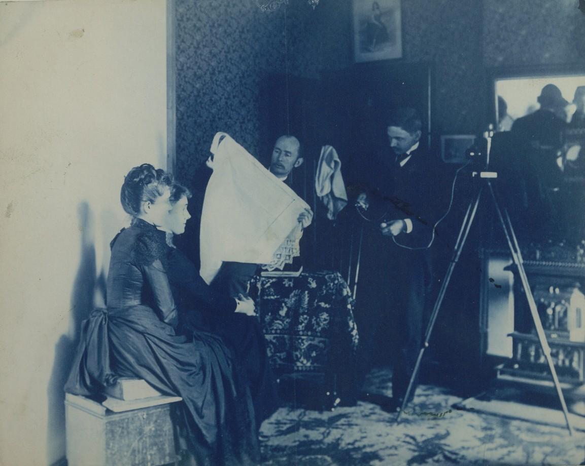 Deux jeunes femmes se faisant photoraphier