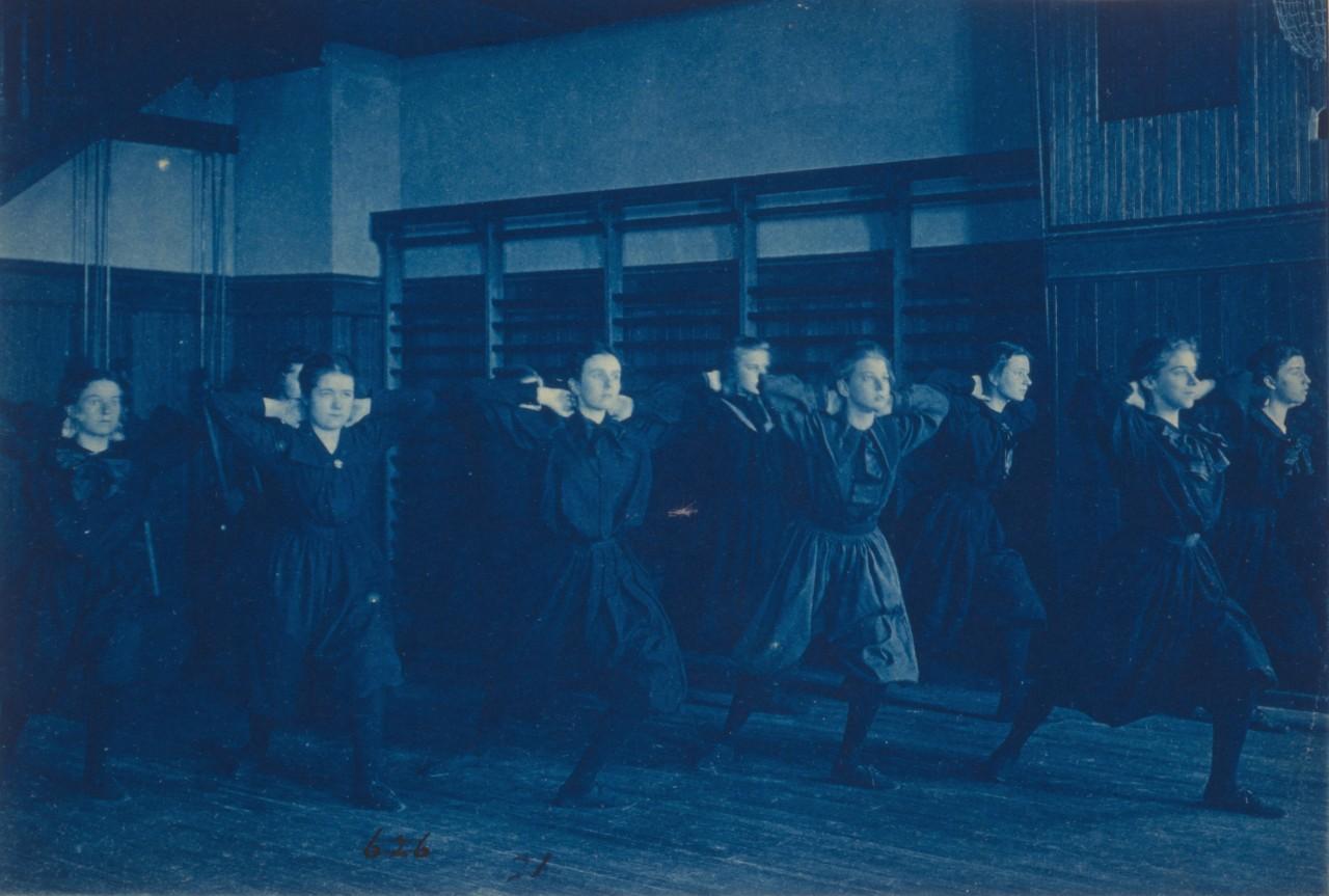 Des étudiantes font de l'exercice dans un gymnase