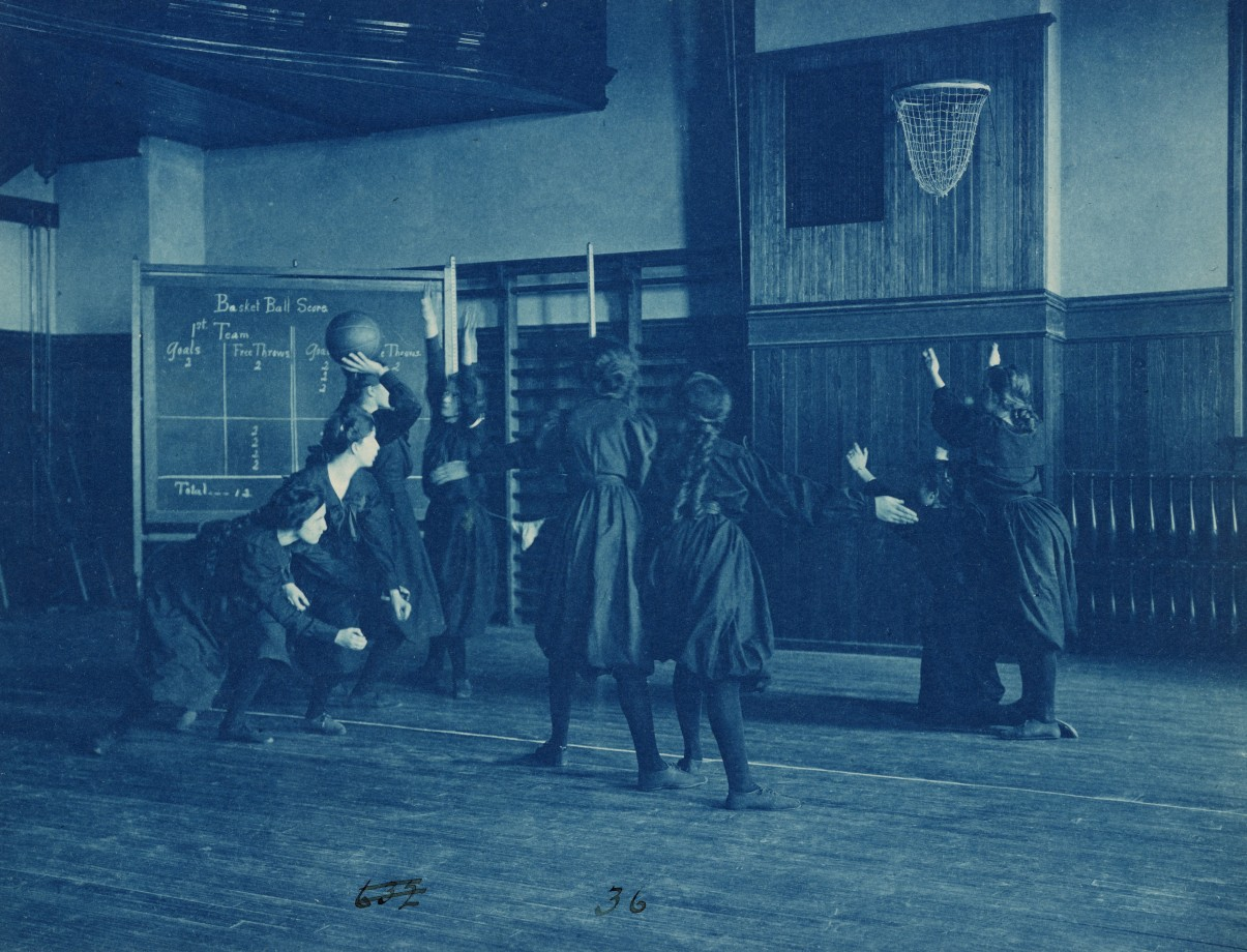 Des étudiantes jouent au basketball à la Western High School de Washington - 1899