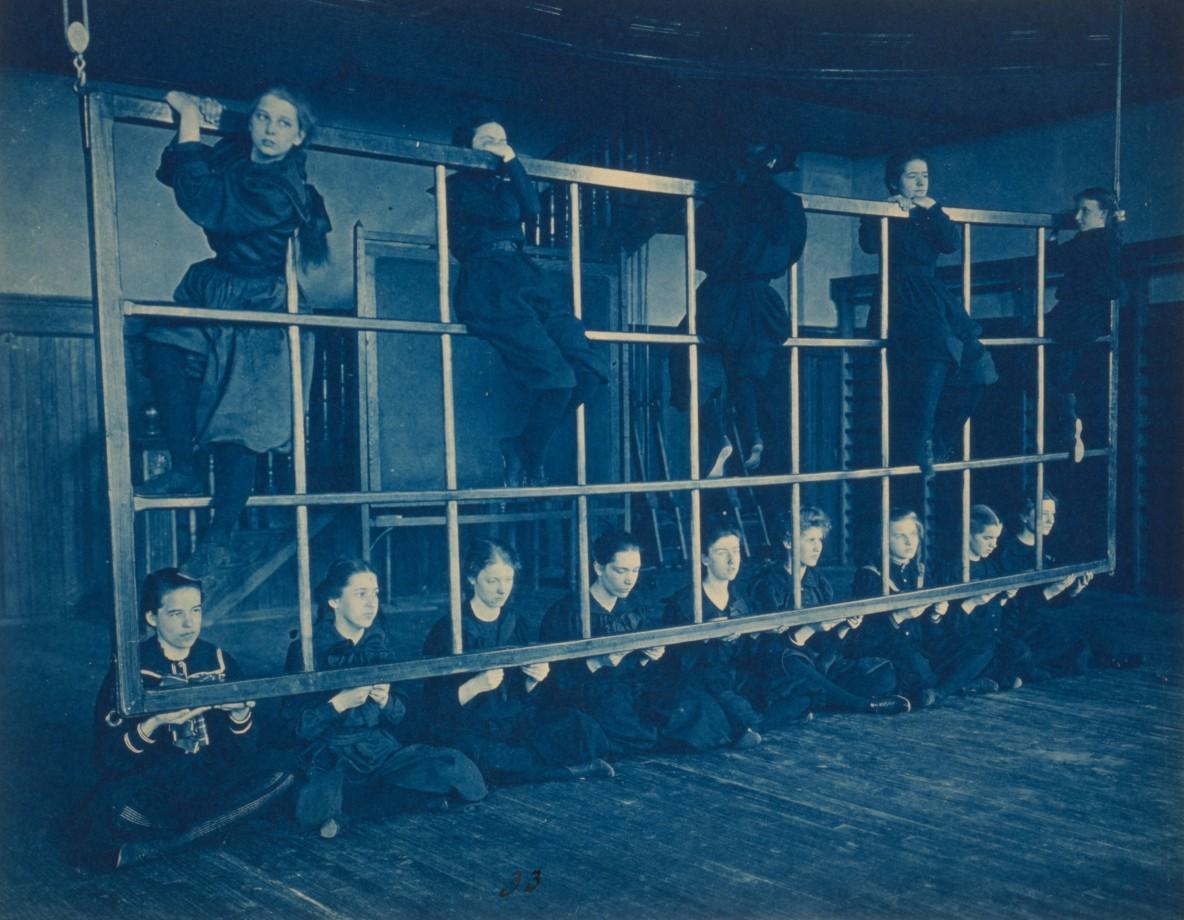 Des étudiantes posent avec un équipement de gymnastique