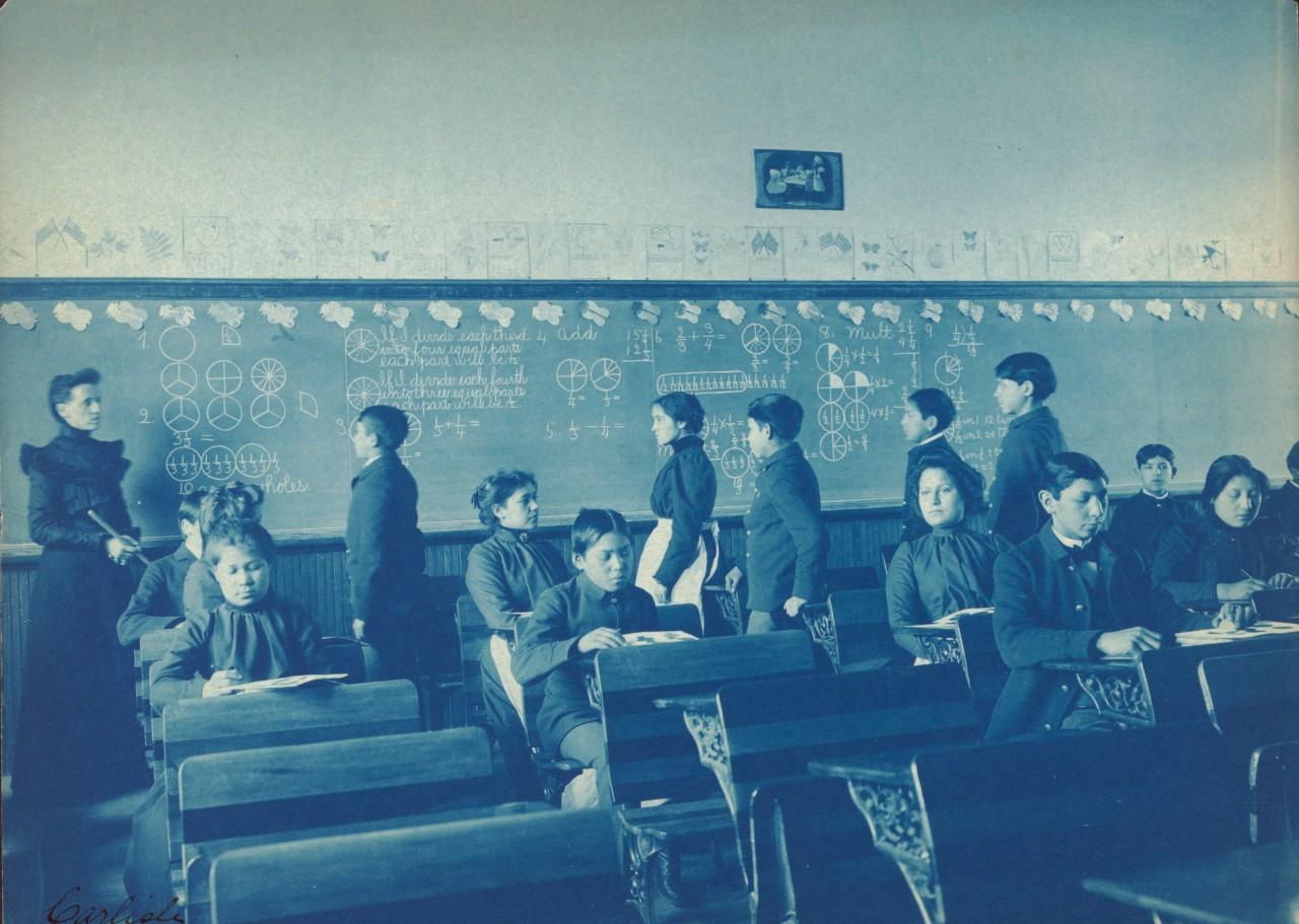 Des Indiens Américains lors d'une classe de mathématiques à Carlisle