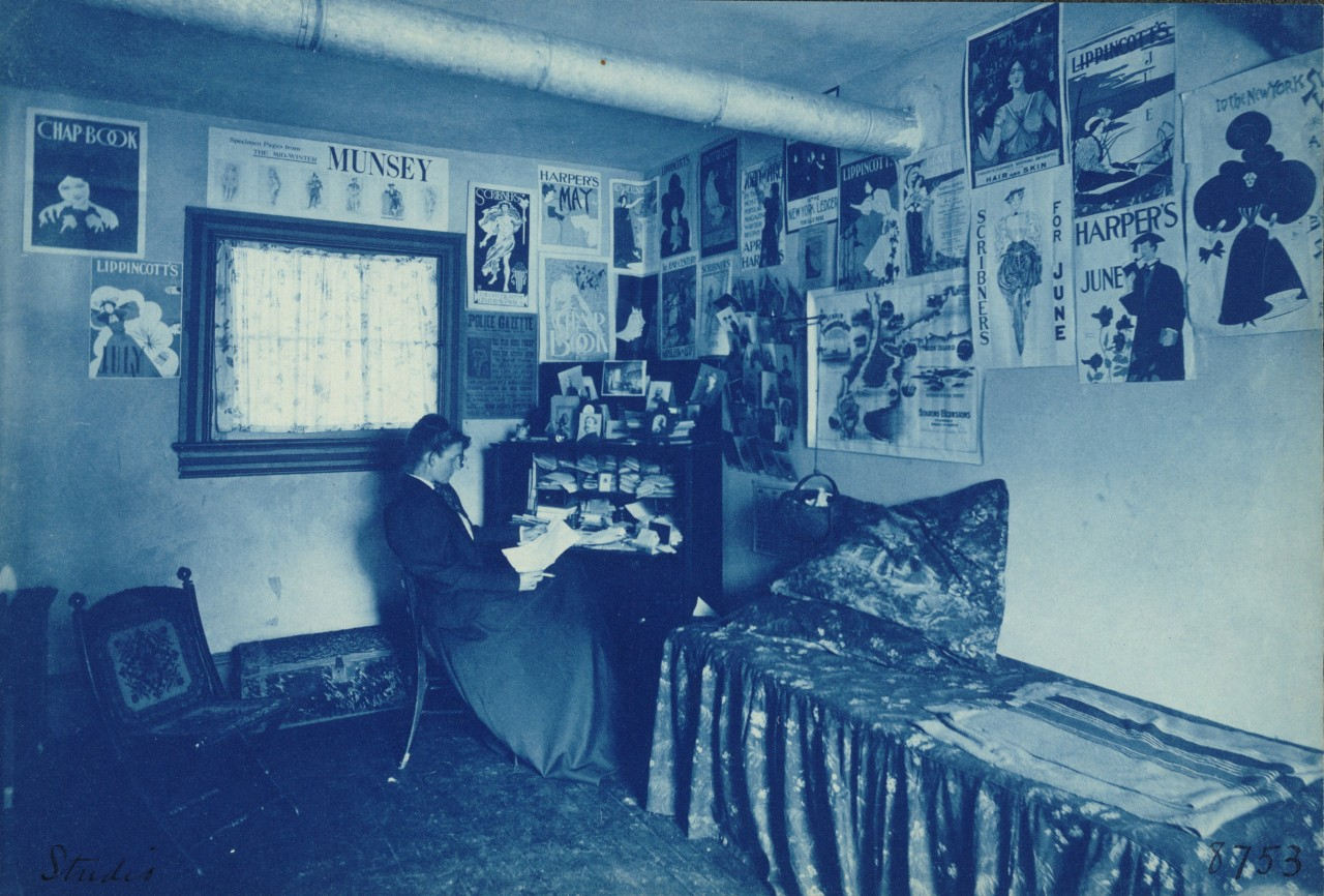 Frances Benjamin Johnston dans le bureau de son studio