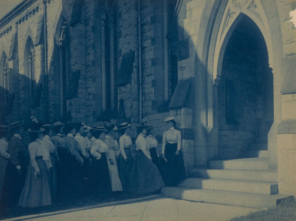 Un groupe de jeunes femmes à l'entrée d'une église
