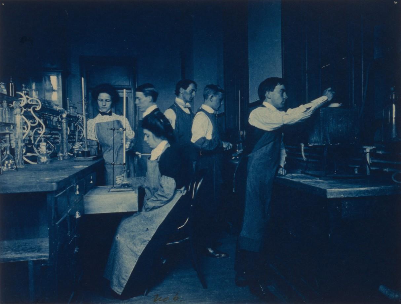 Des étudiants réalisent des expériences dans un laboratoire