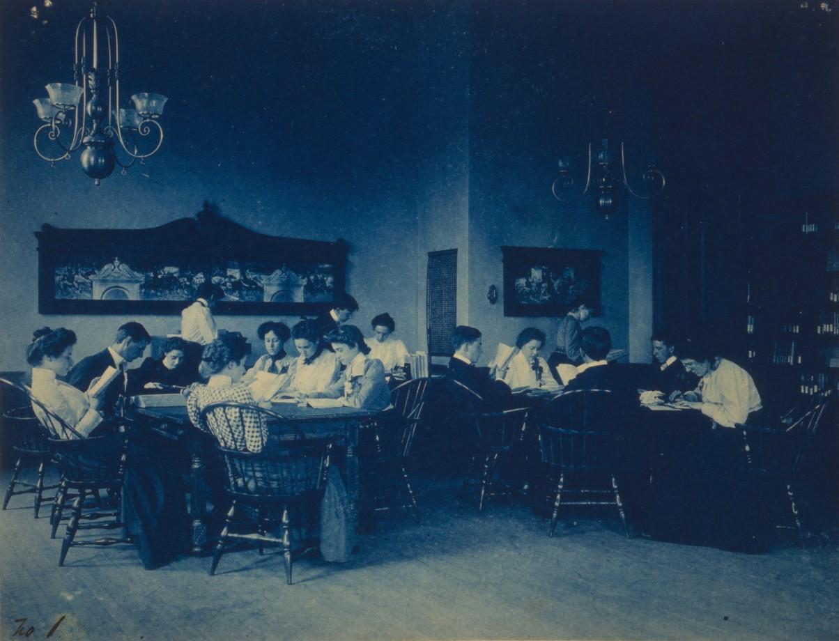 Des étudiants qui révisent assis autour de tables