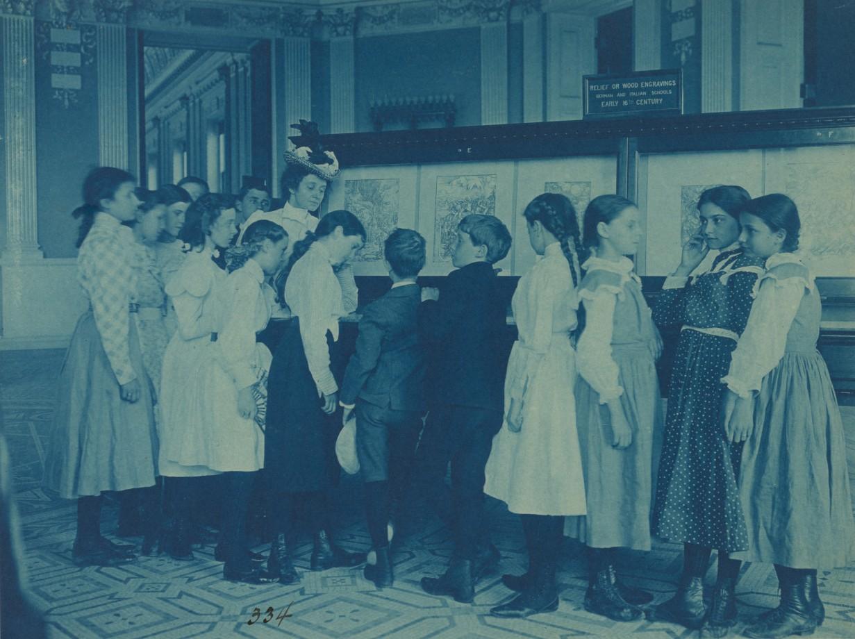 Des écoliers regardent une exposition à la Librairie du Congrès