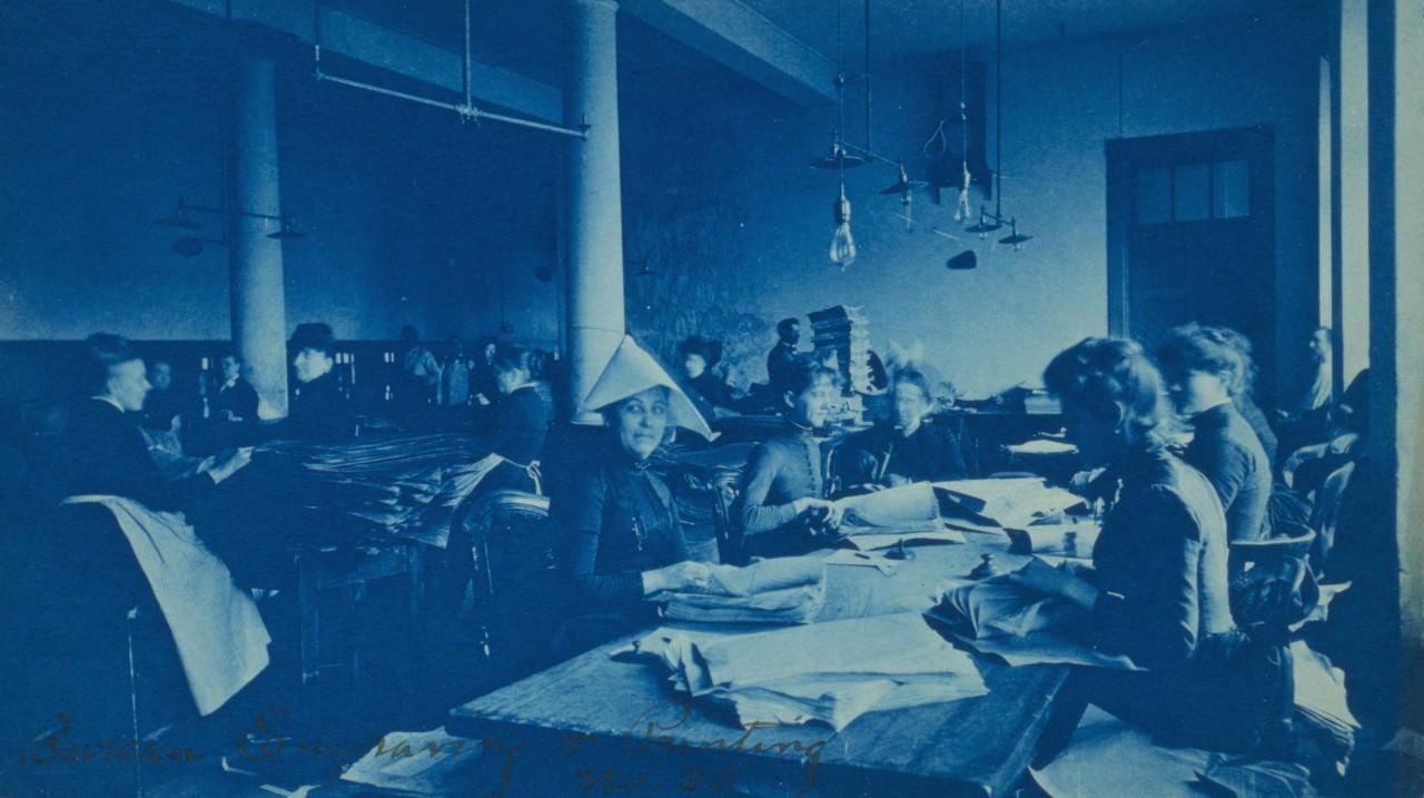 Une femme travaillant au bureau de la gravure et de l'impression