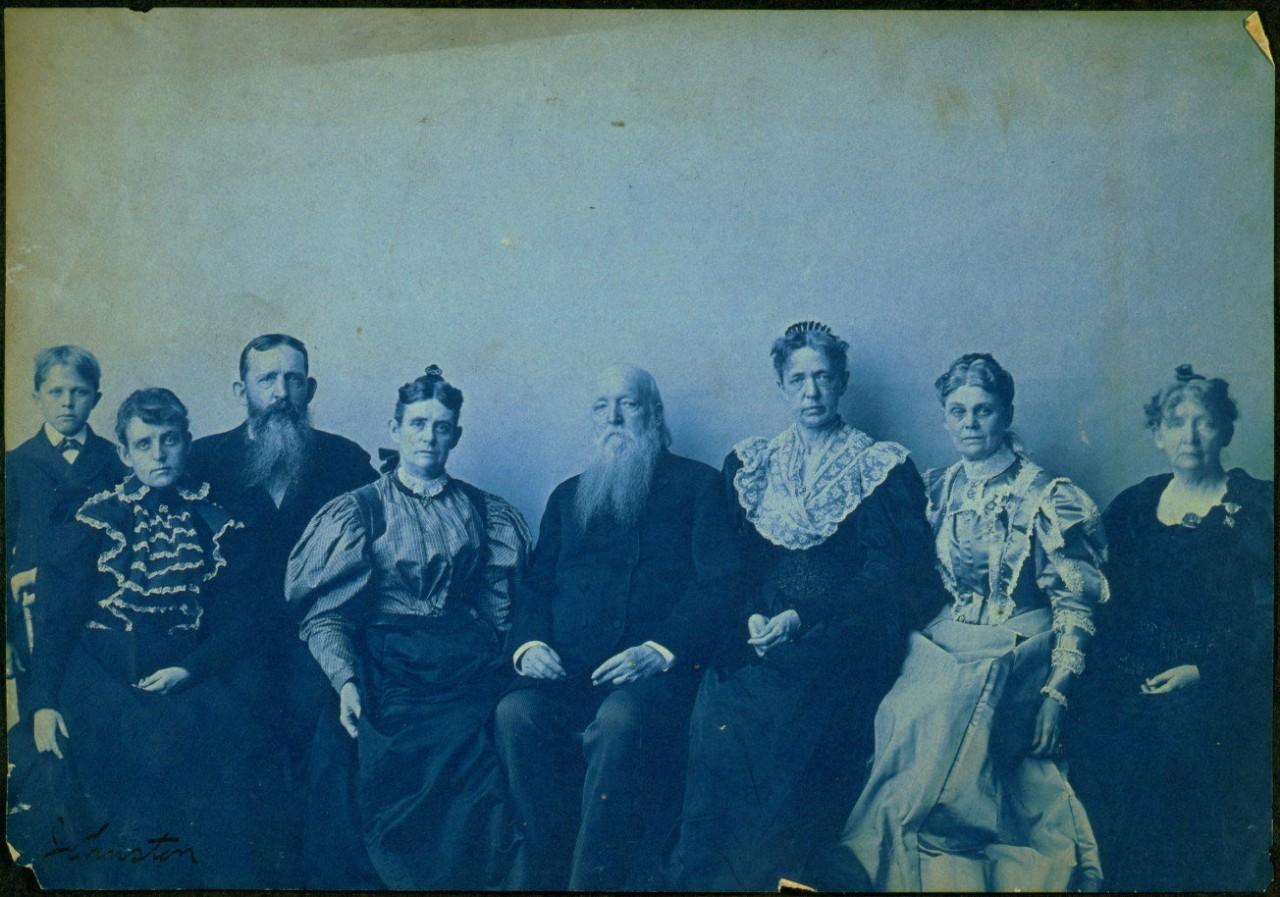 Frances Benjamin Johnston pose avec sept membres de sa famille dans son studio
