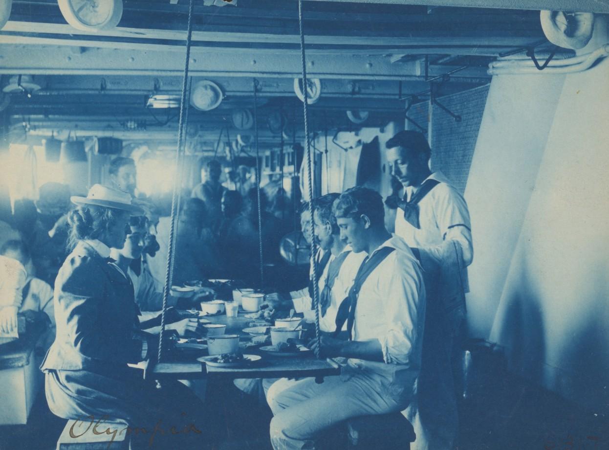 Miss Johnston prend un repas avec l'équipage de l'U.S.S. Olympia