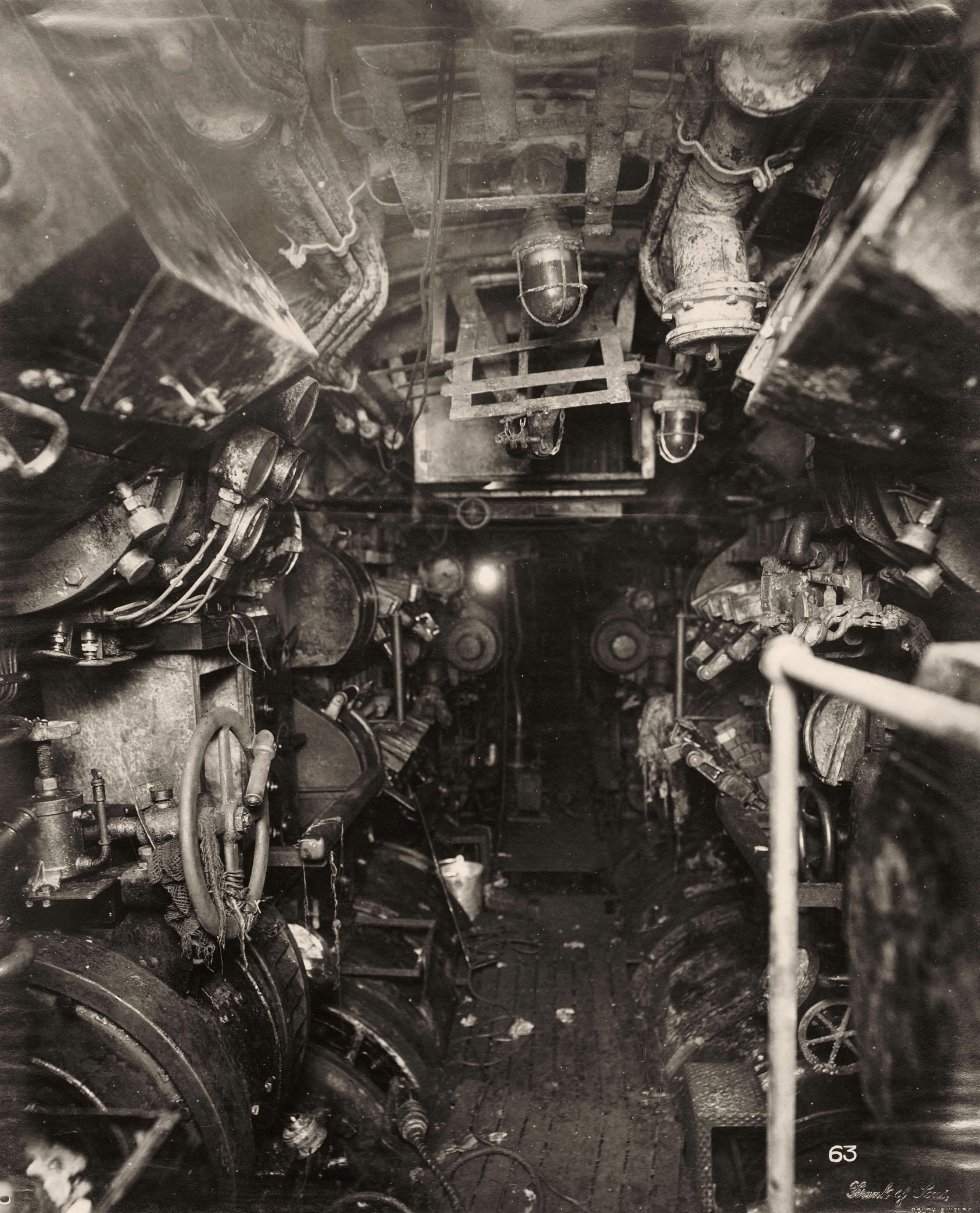 uboat interieur controles sousmarin 02 la boite verte