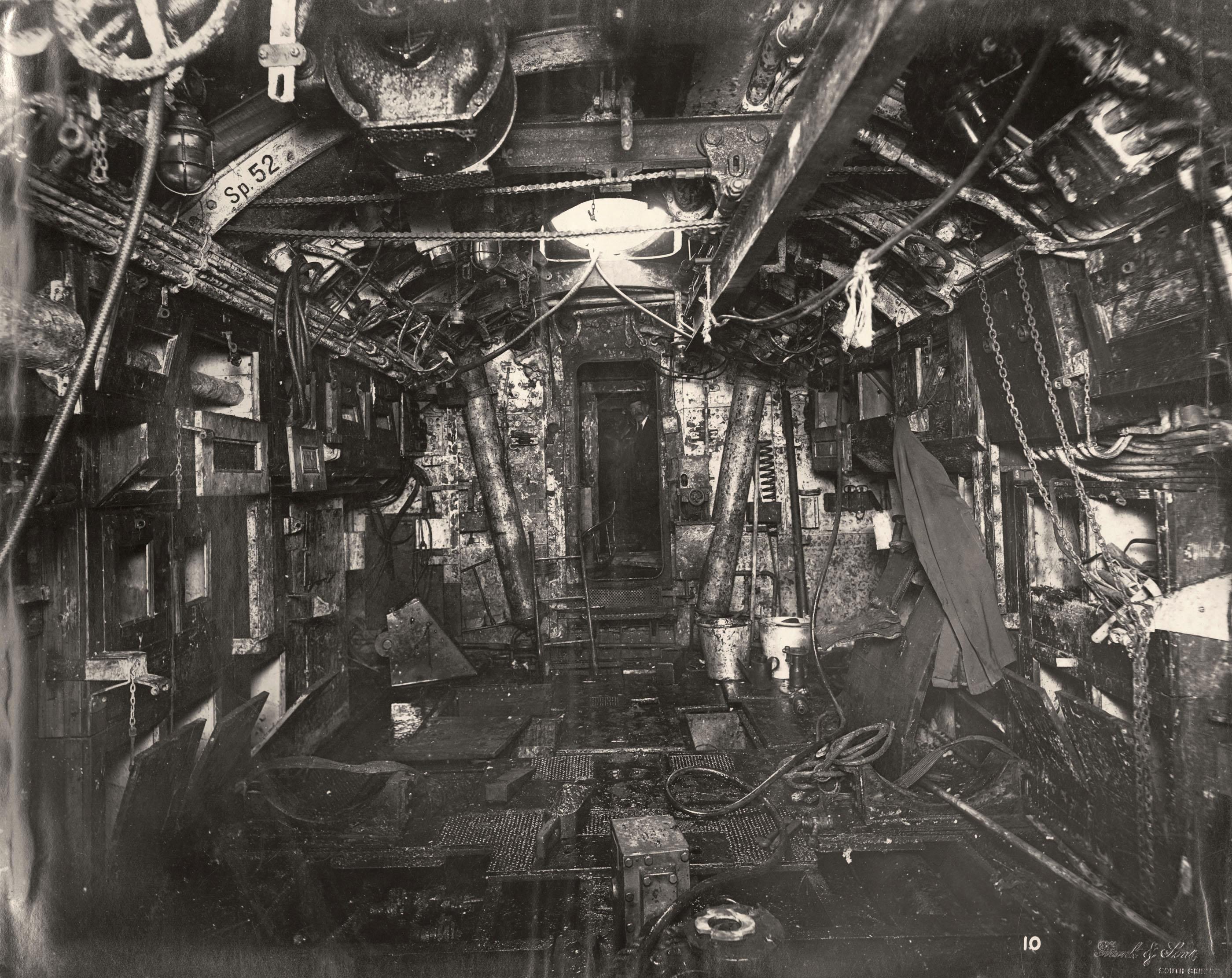 Uboat interieur controles sousmarin 08 la boite verte for Interieur sous marin