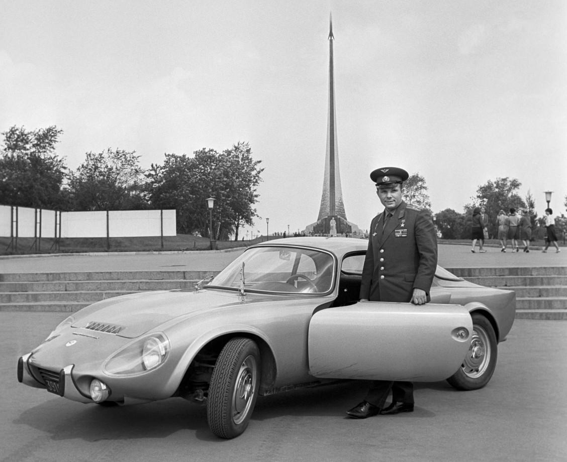 Yuri Gagarin pose a coté d'une Matra Bonnet Djet V S coupé qui lui a été offerte par la France en 1965