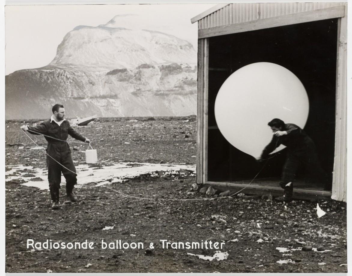 Des chercheurs australiens lâchent un ballon de recherche gonflé à l'hydrogène et équipé d'un radio-transmetteur, Antarctique - 1953