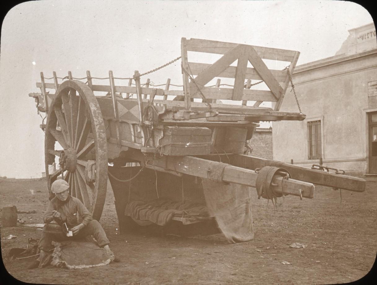 Un camp de fortune avec un lit sous une charrette - 1915