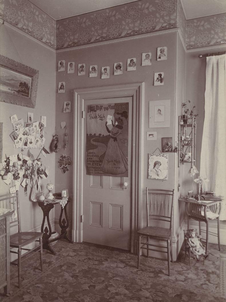 Chambre jeune fille oakland 1898 la boite verte for Chambre jeune fille