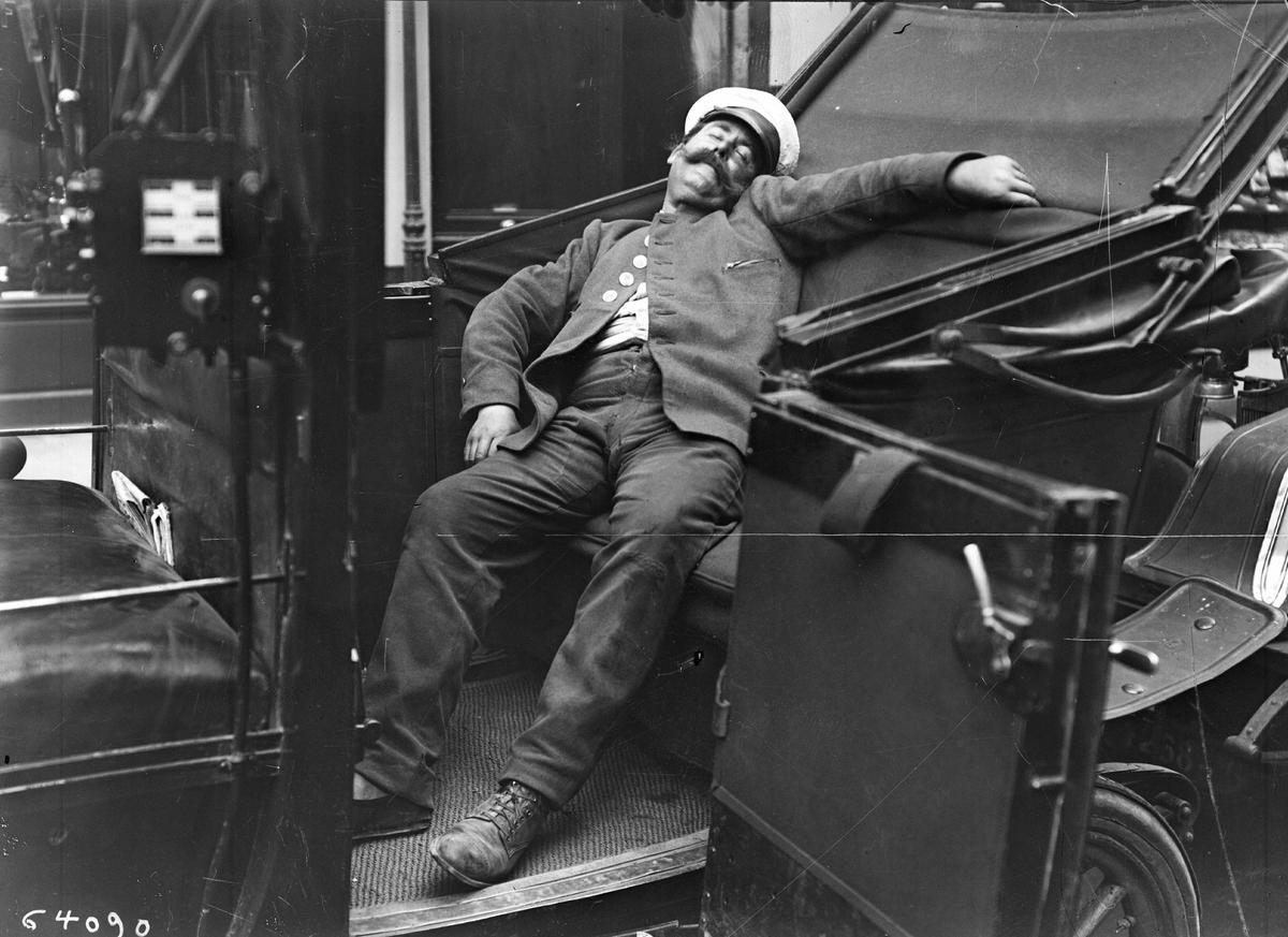 Un chauffeur de taxi dort dans sa voiture pendant une vague de chaleur, Paris - 1920