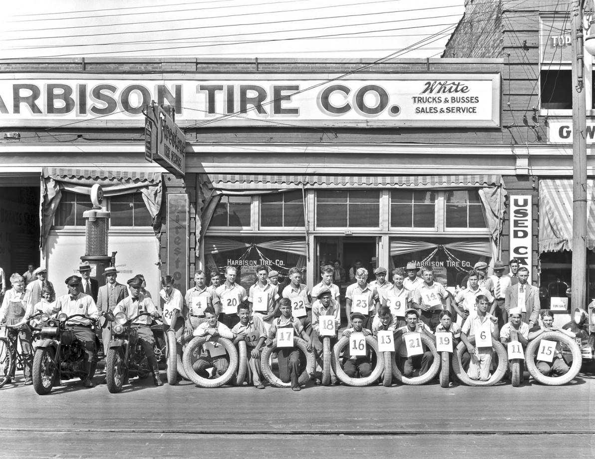 Participants à un concours de roulage de pneu, 1931