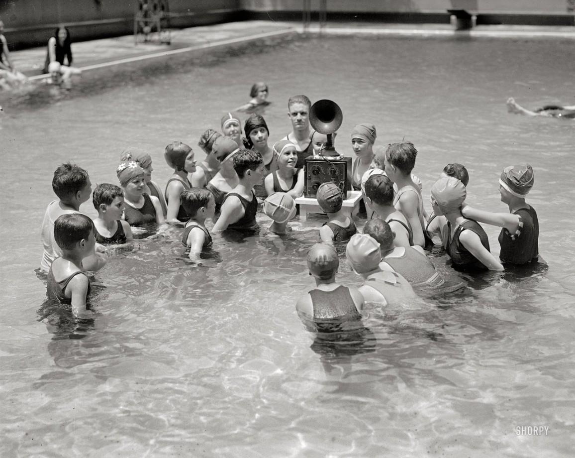Des enfants écoutent la radio dans une piscine - 1920