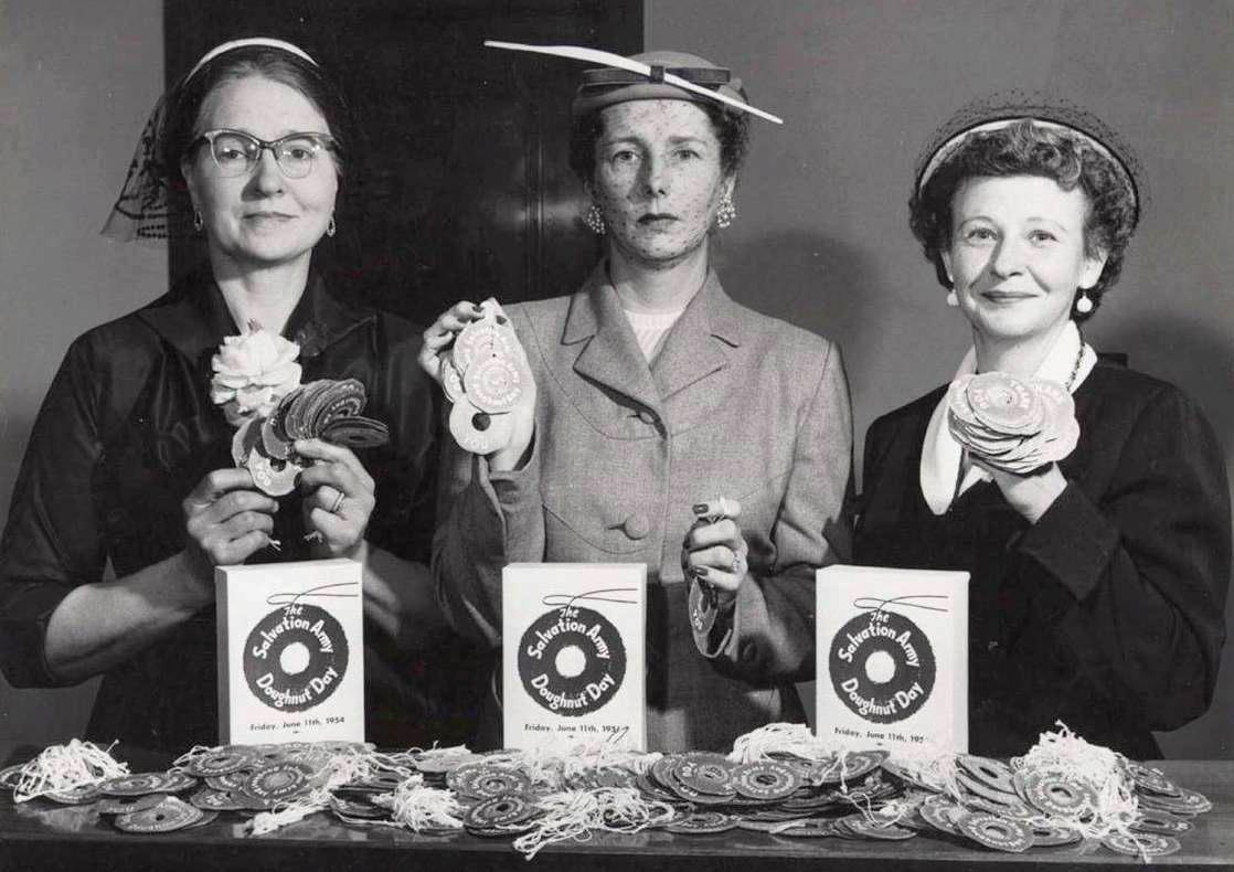 C'est la branche de Chicago de l'Armée du Salut qui inaugura la Journée Nationale du Doughnuts en 1938 ( photo 1954 )