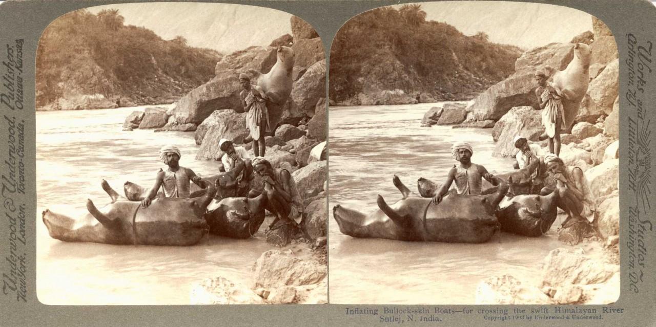 Utilisation d'une peau de boeuf gonflée pour traverser une rivière de l'Himalaya, Inde - 1900