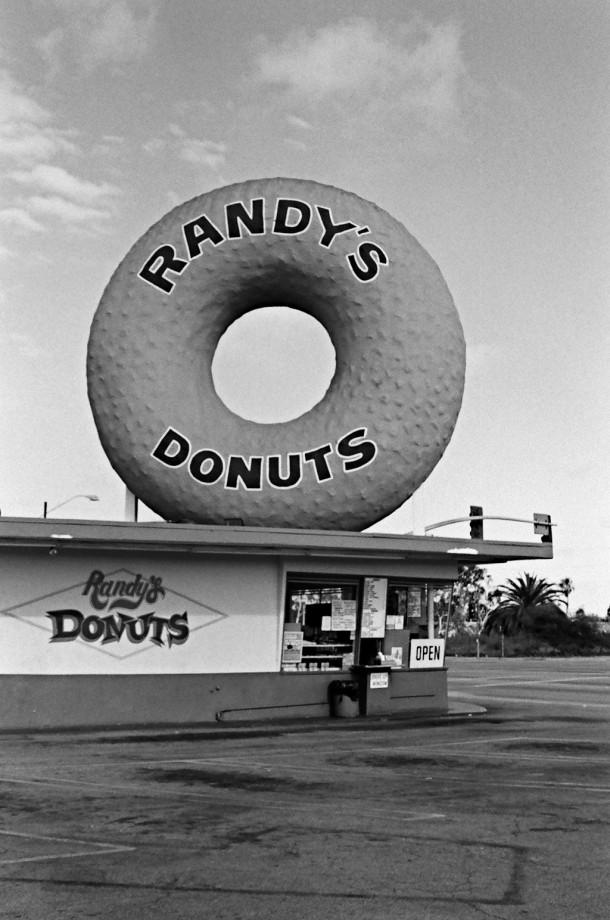 Mais le donut le plus célèbre est probablement le géant posé sur le toit de Randy à Los Angeles