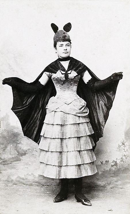 Une femme en costume de chauve-souris en 1887