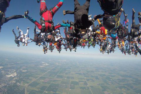 164 parachutistes et 7 avions pour un record du monde