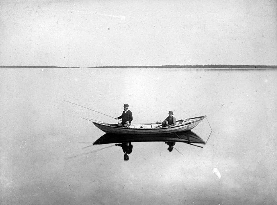 Zacharias Topelius fishing from a rowing boat 1980