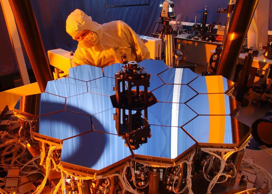 Un modèle des miroirs à l'échelle 1:6 dans un banc de test optique
