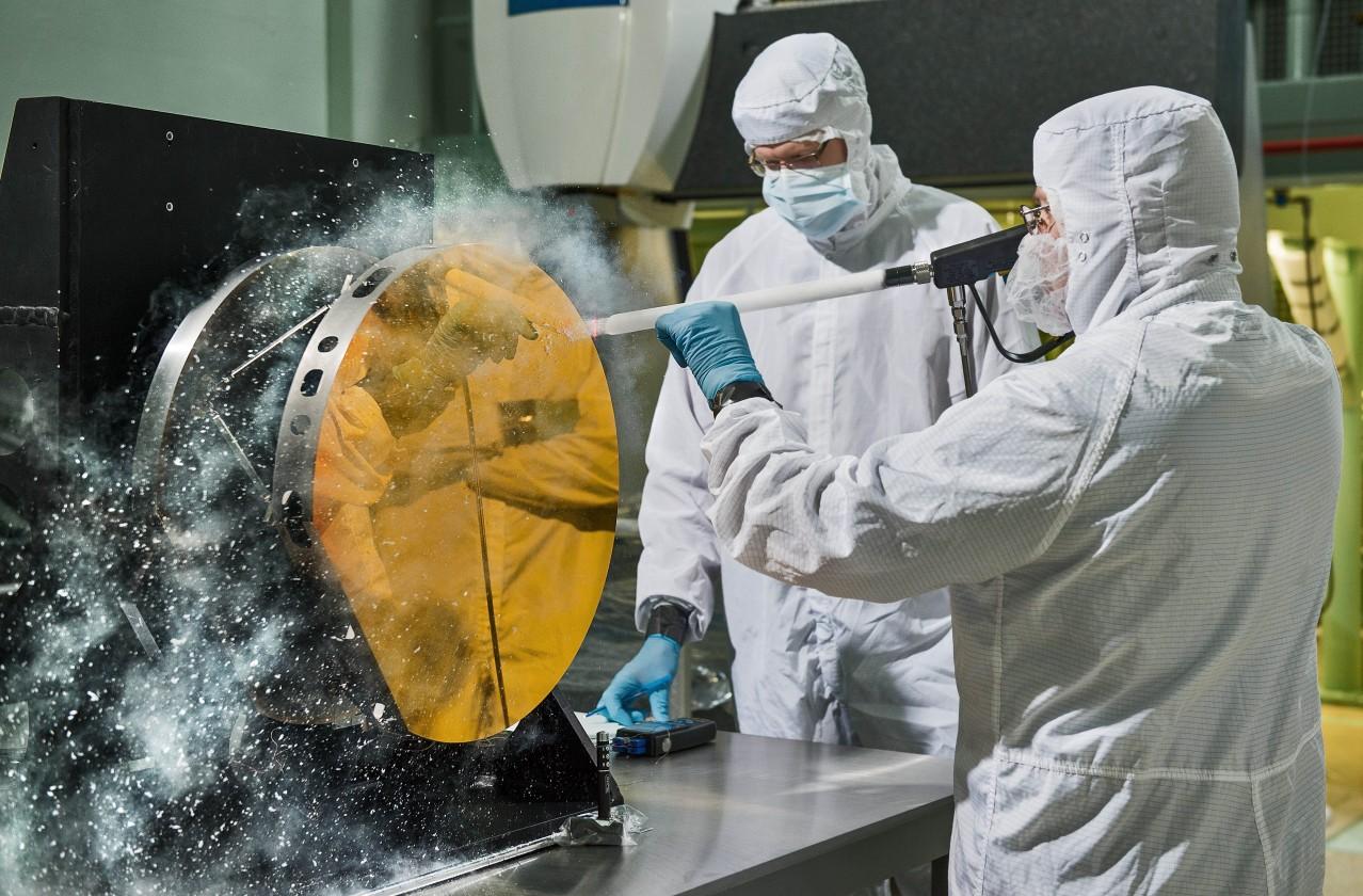Le réflecteur secondaire est nettoyé avec de la glace carbonique