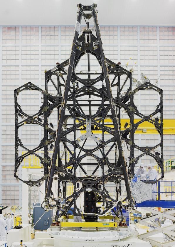 """Les """"ailes"""" sur le côté de la structure qui accueilleront des miroirs et qui devront se déployer"""