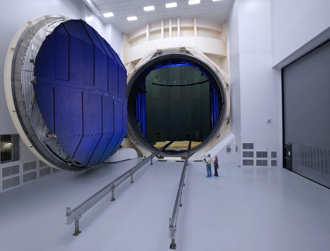 La cuve géante dans laquelle les conditions de température et de pression de l'espace sont reproduites lors des essais