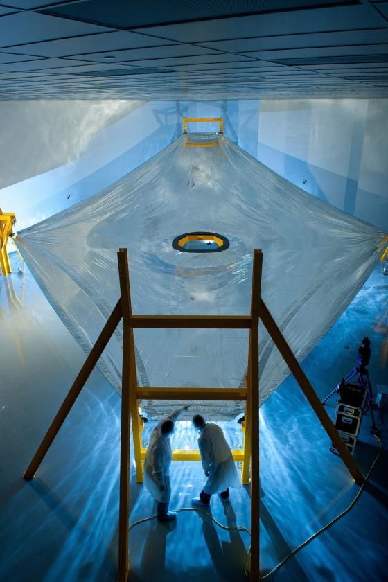 Inspection d'une voile géante qui va protéger le télescope du rayonnement solaire