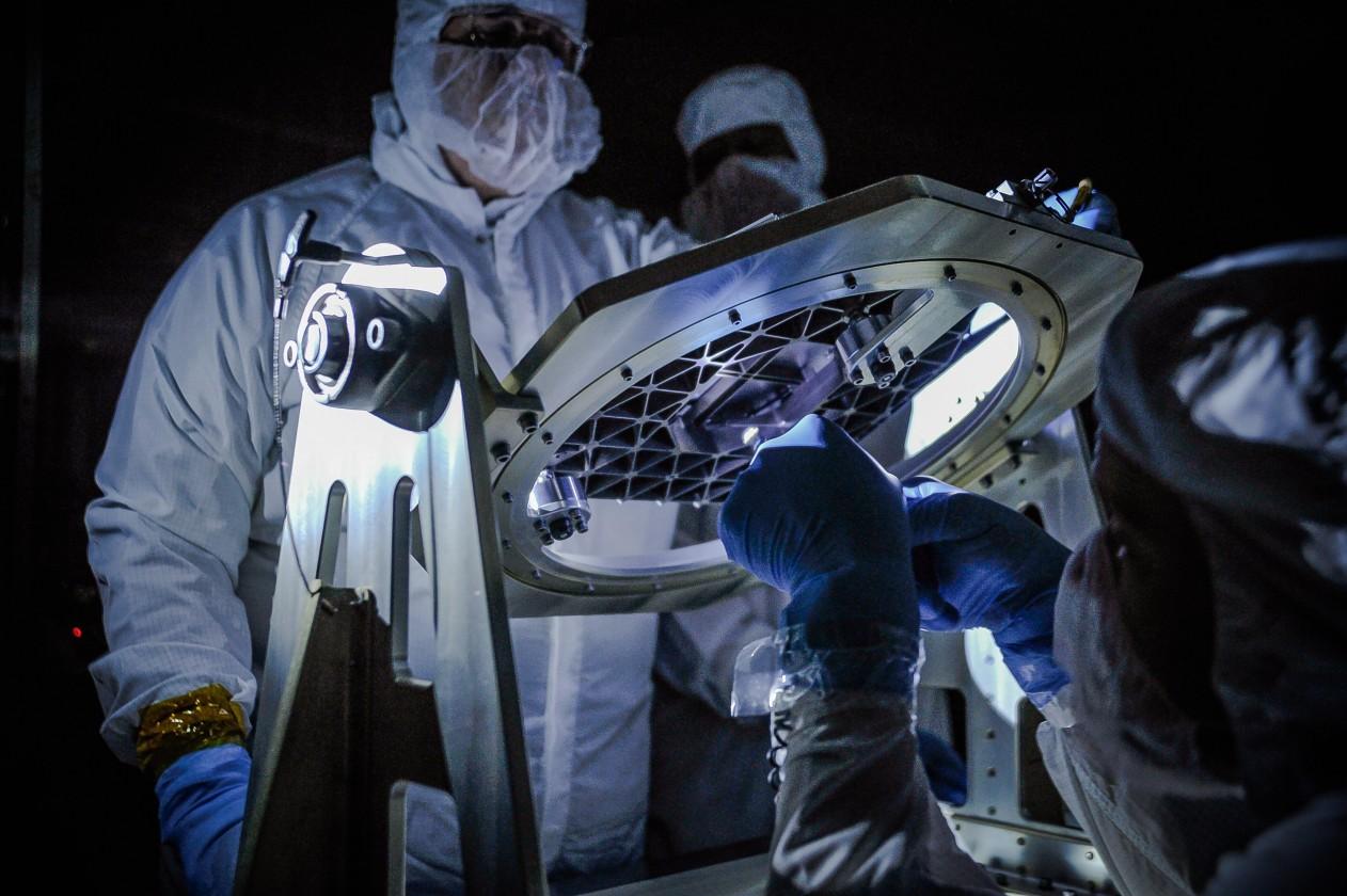 Inspection de la matrice de micro-obturateurs qui vont permettre d'observer le spectre de certains petits objets lumineux tout en bloquant la lumière de tous les autres