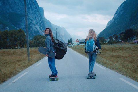 Du longboard dans les montagnes de Norvège
