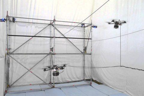 La construction d'un pont de corde avec des drones