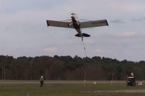 Les avions publicitaire doivent récupérer leur banderole après le décollage