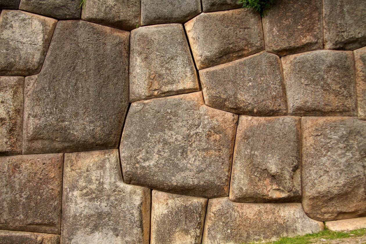 Les pierres qui ont de 7 jusqu'à 11 angles sont assez courantes dans les murs incas