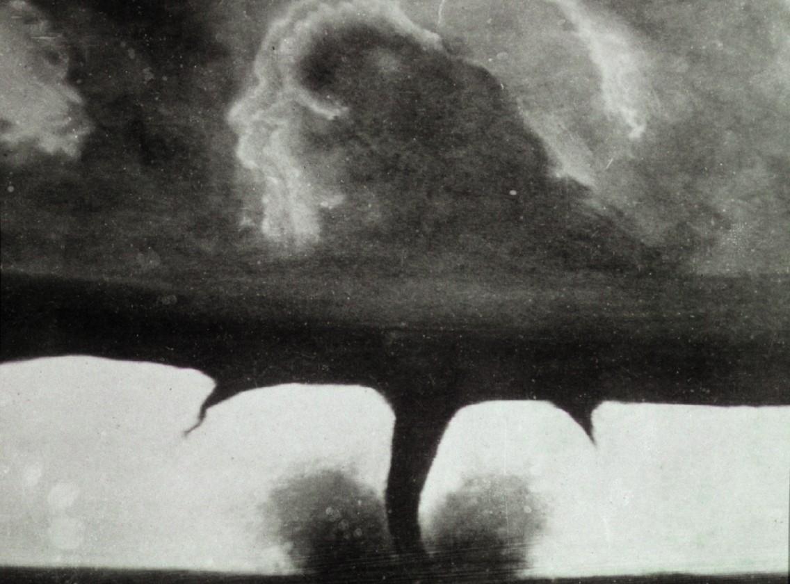 Une des plus vieilles photos d'une tornade, prise à 30km de Howard dans le Dakota du Sud - 28 août 1884