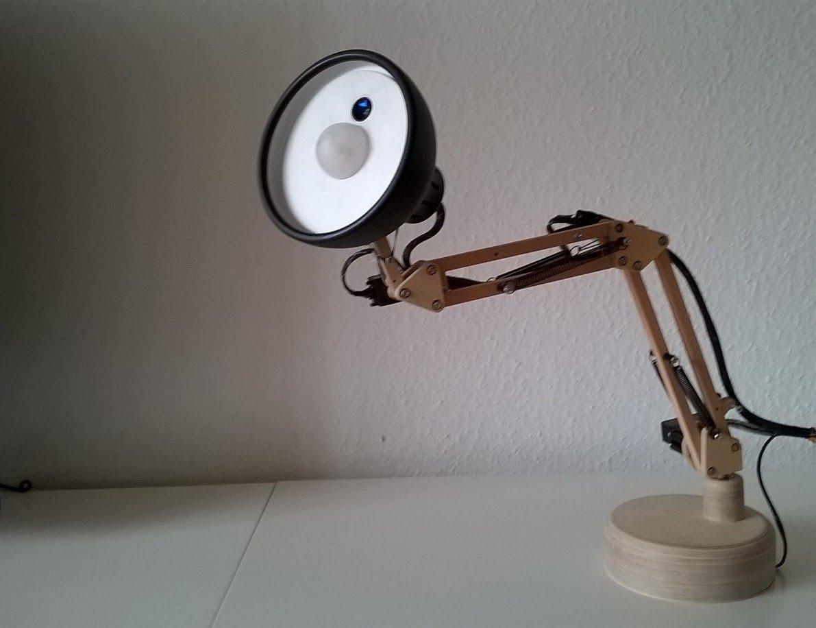 un robot lampe pixar reconnaissance faciale. Black Bedroom Furniture Sets. Home Design Ideas