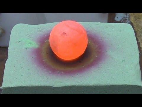 Une boule de nickel chaude sur de la mousse de fleuriste