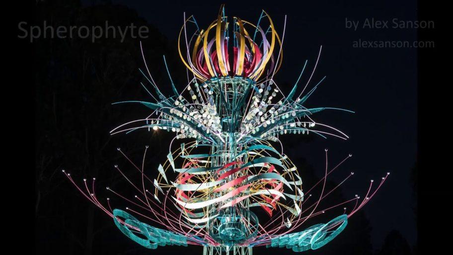 Une fleur cinétique géante s'anime dans la nuit