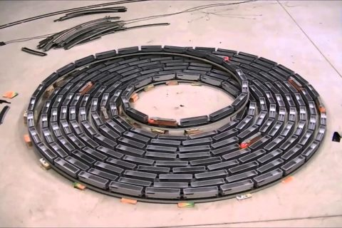 Une spirale infinie de train miniature électrique